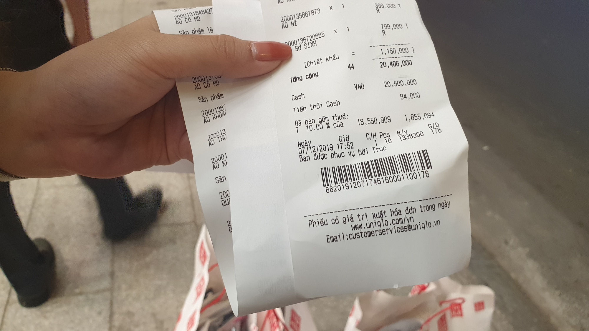 A customer shows her receipt worth over VND20 million (US$860). Photo: Bong Mai / Tuoi Tre