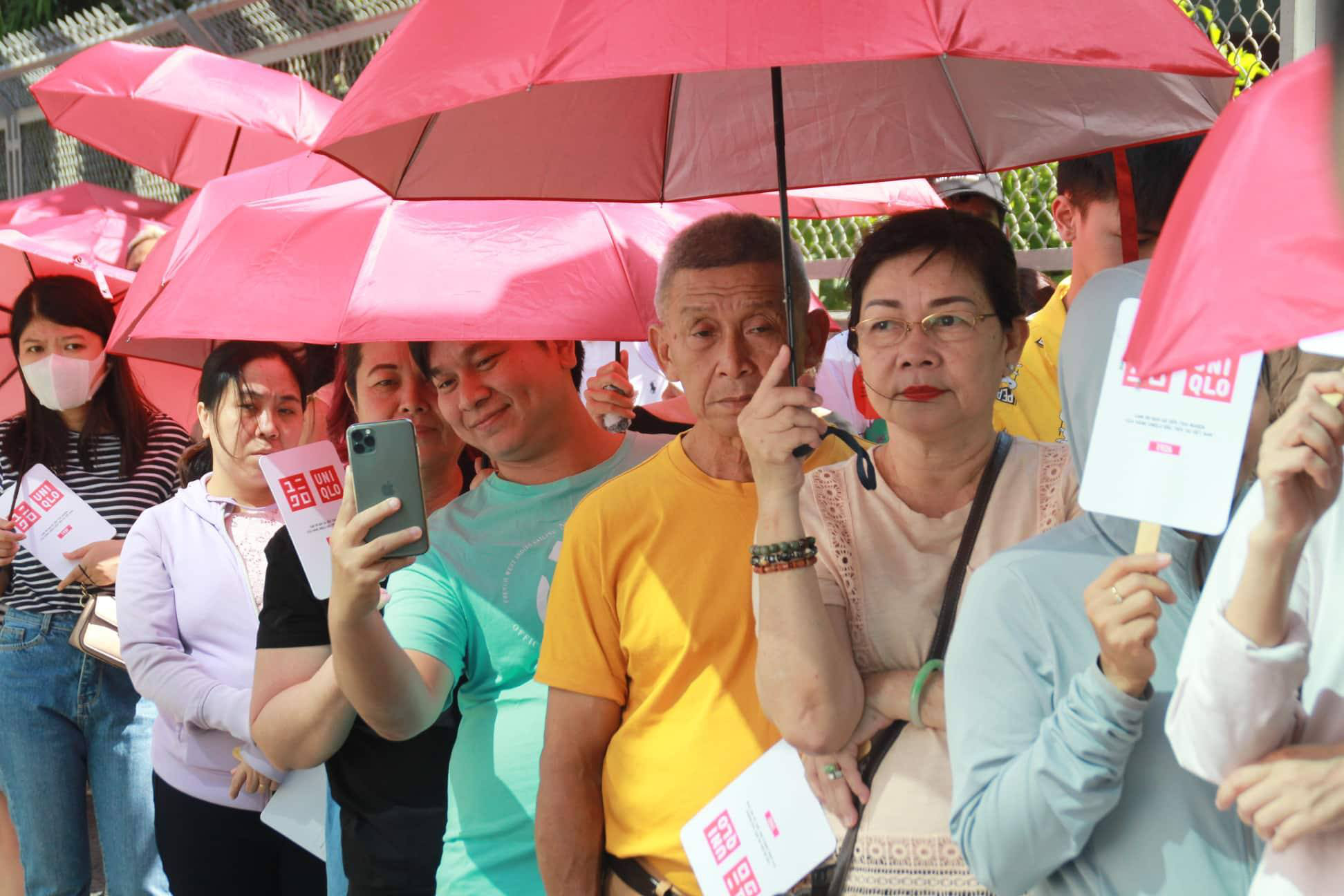 Many middle-aged customers are spotted among the crowd. Photo: Nguyen Tri / Tuoi Tre