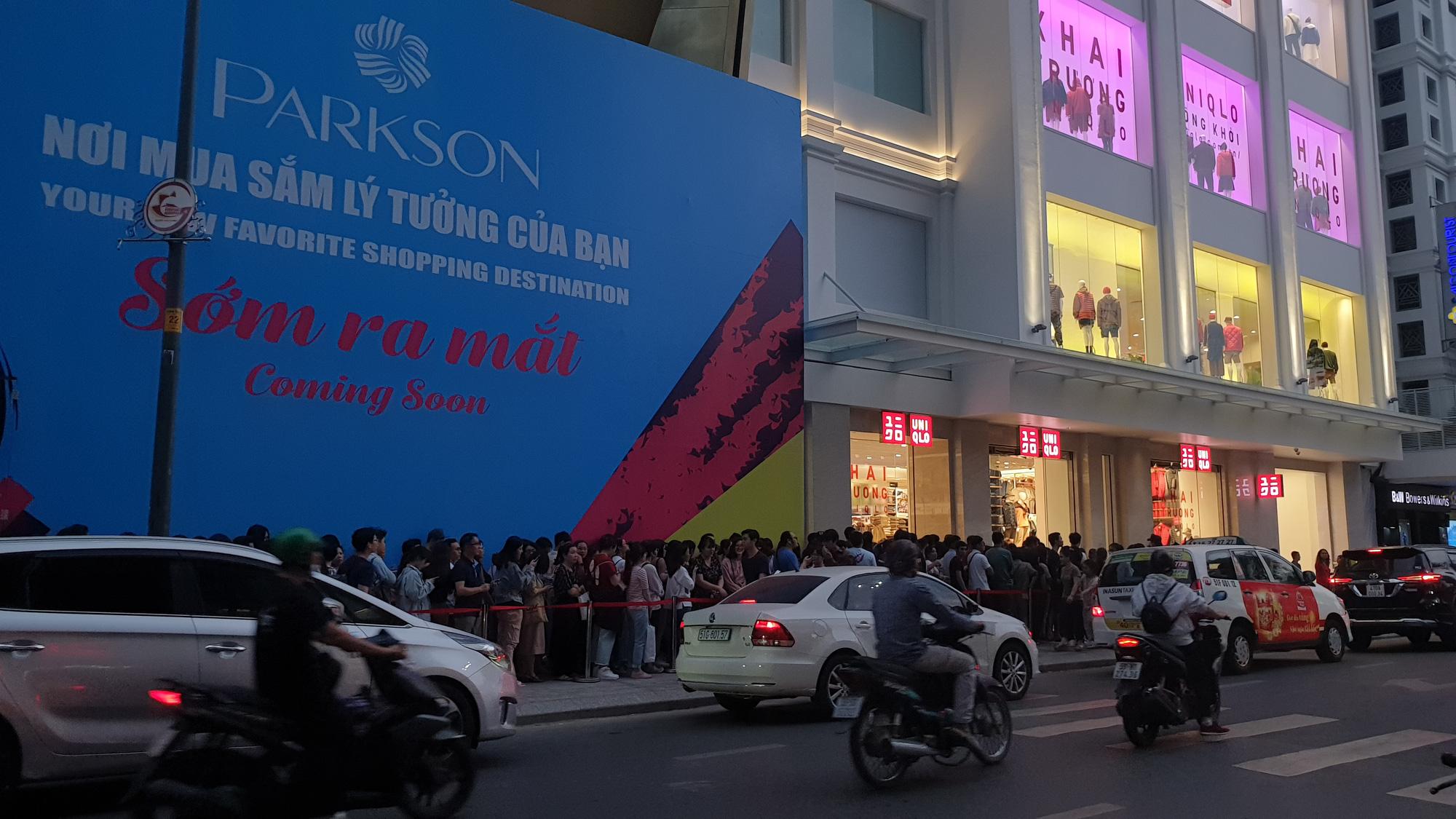 The long wait continues as of 6:00 pm December 7, 2019. Photo: Bong Mai / Tuoi Tre