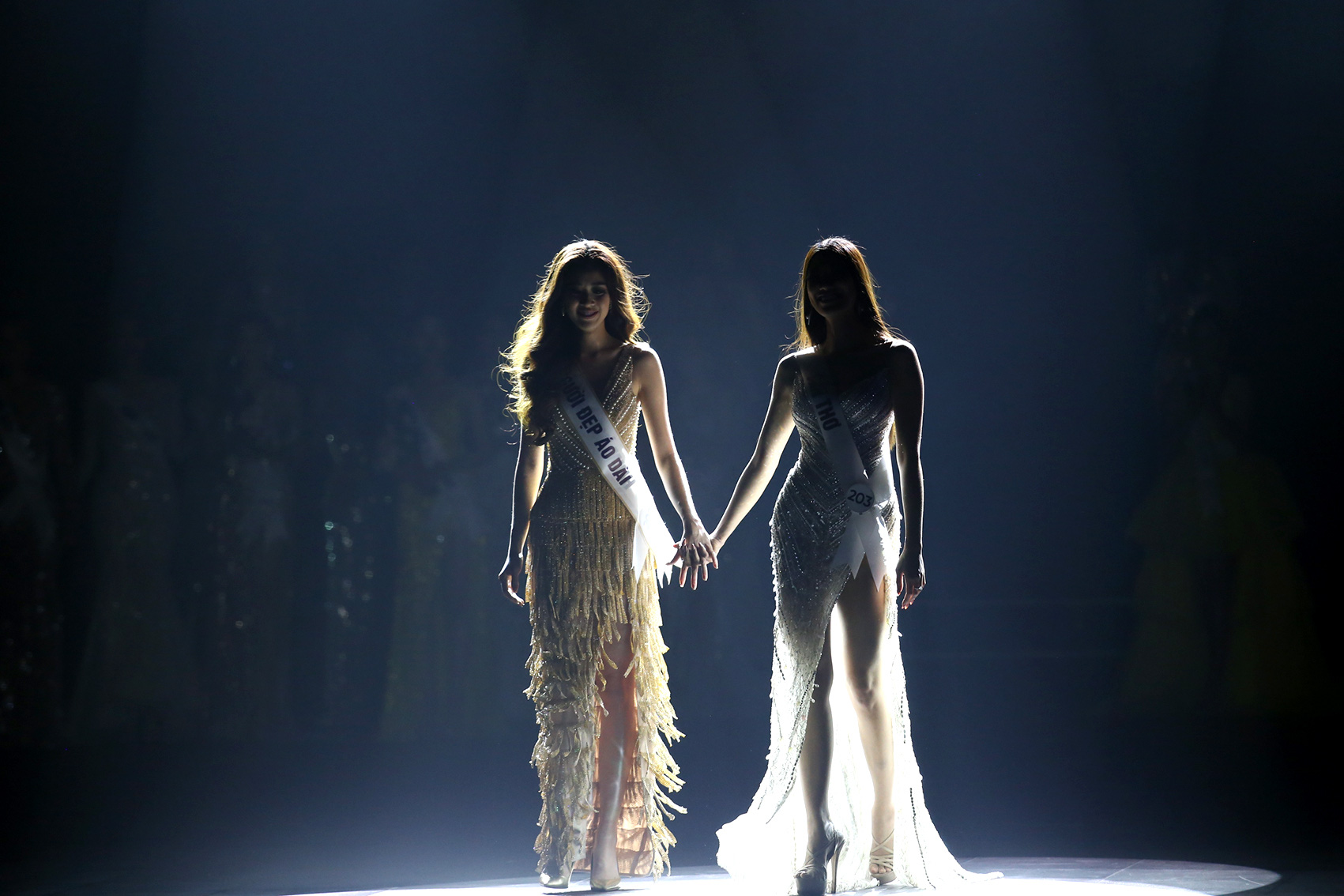 Nguyen Tran Khanh Van and Nguyen Huynh Kim Duyen hold hands as they wait for the final result.