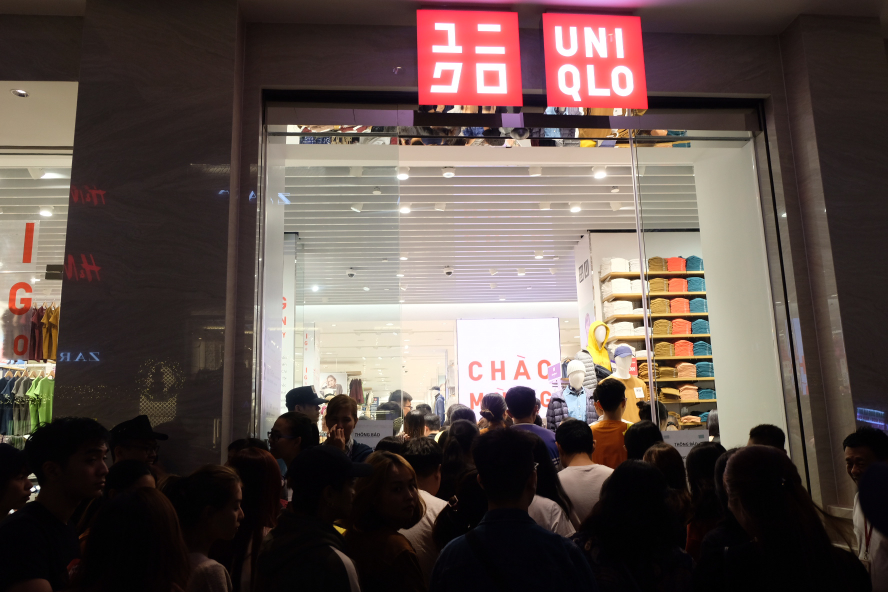 A large number of shoppers enter Uniqlo Dong Khoi on the evening of December 7, 2019. Photo: Bong Mai / Tuoi Tre