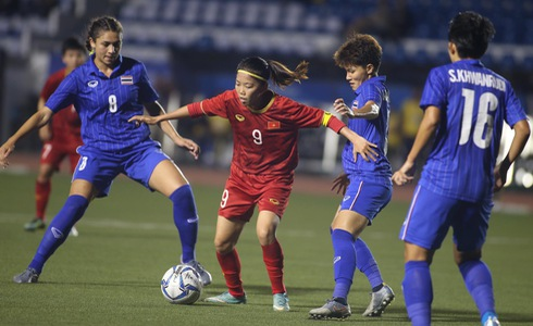 Vietnam's Cu Thi Huynh Nhu handles the ball, surrounded by three Thai players in the finale of women's football at the 2019 Southeast Asian Games in the Philippines, December 8, 2019. Photo: