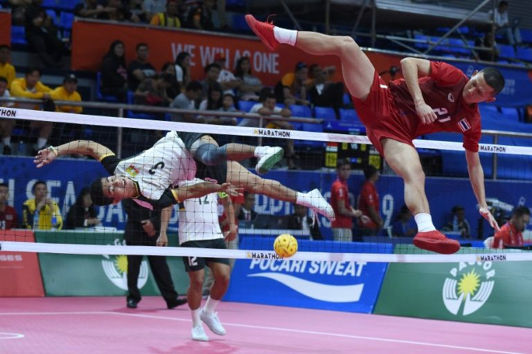 Thailand's Jirasak Pakebuangoen (R) attempts a block against Myanmar's Aung Myo Naing during the sepak takraw match at the SEA Games. Photo: AFP