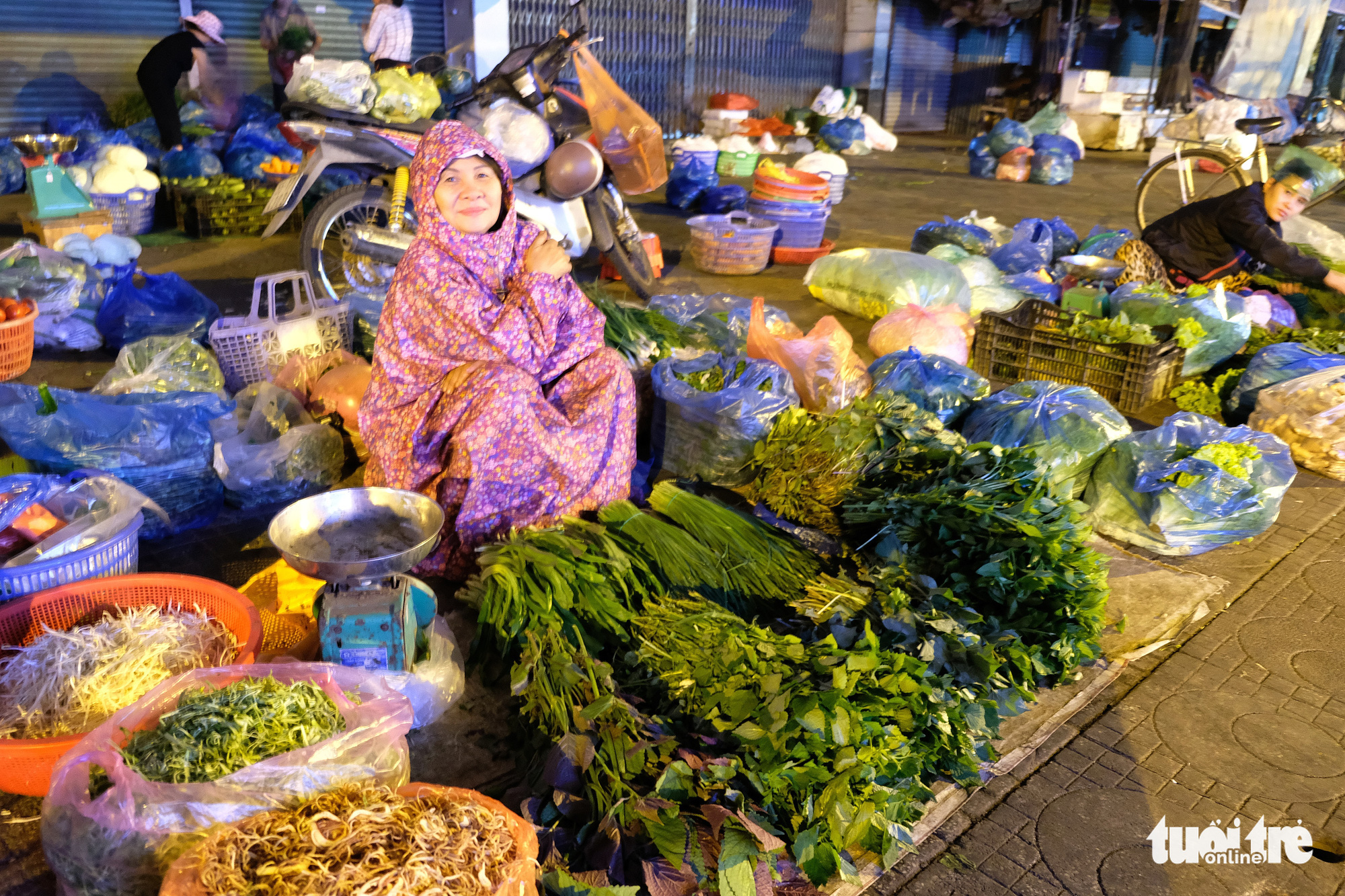 Tran Thi Tam and her vegetables on Hoa Hung Street in District 10, Ho Chi Minh City. Photo: Bong Mai / Tuoi Tre