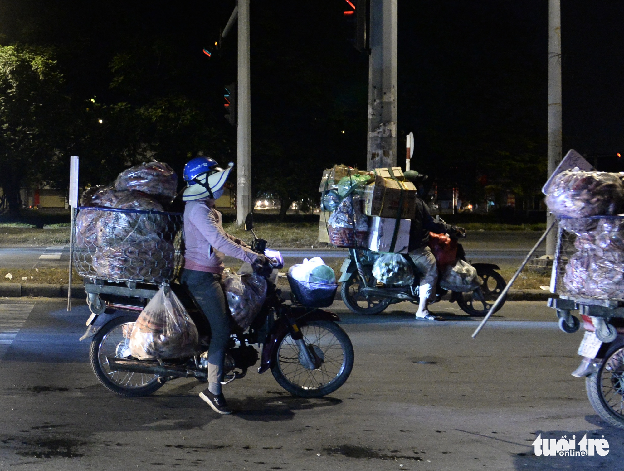 Merchants head to Binh Dien wholesale market in District 8, Ho Chi Minh City. Photo: Tu Trung / Tuoi Tre