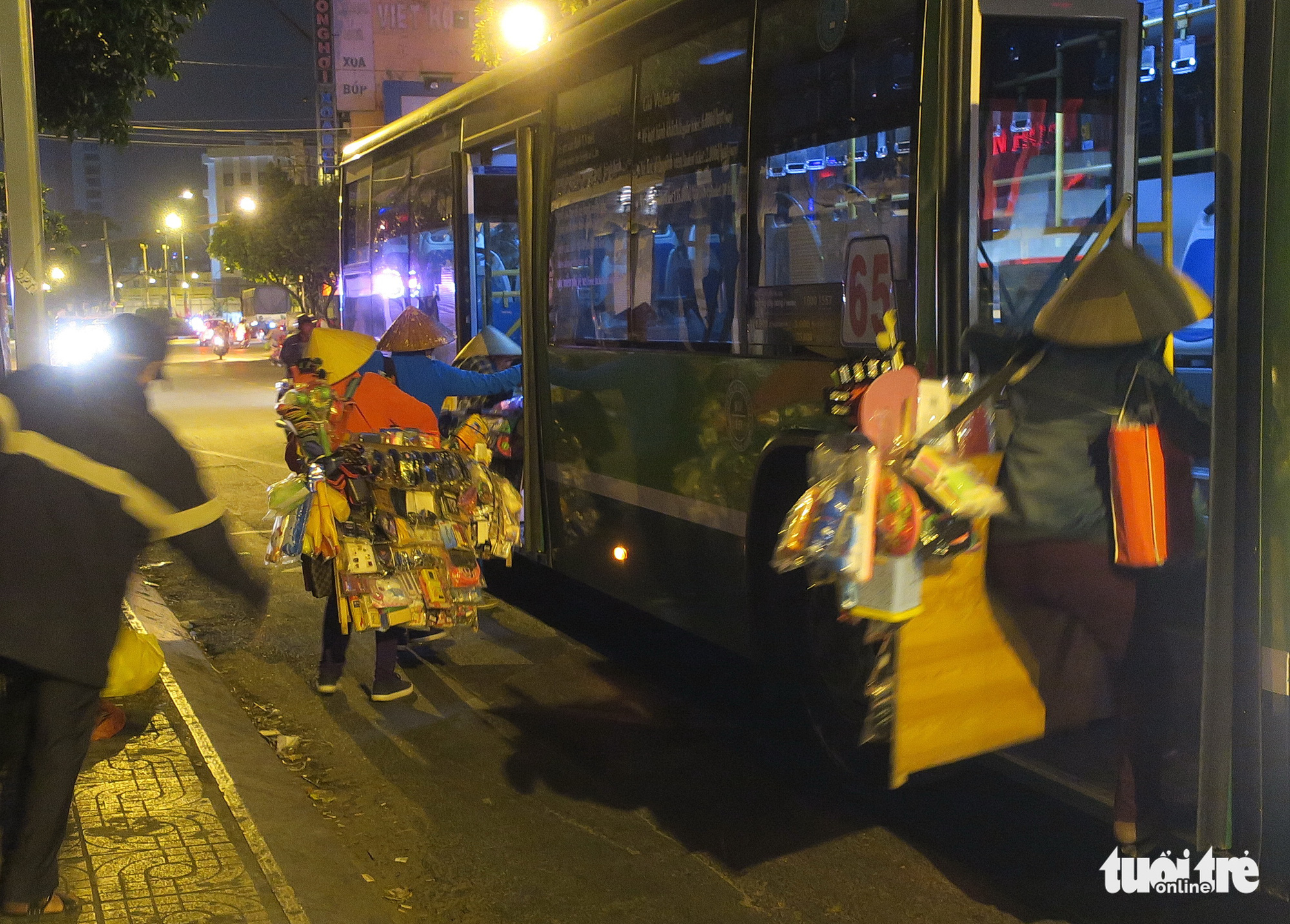 Merchants catch an early bus in Ho Chi Minh City. Photo: T.T.D. / Tuoi Tre
