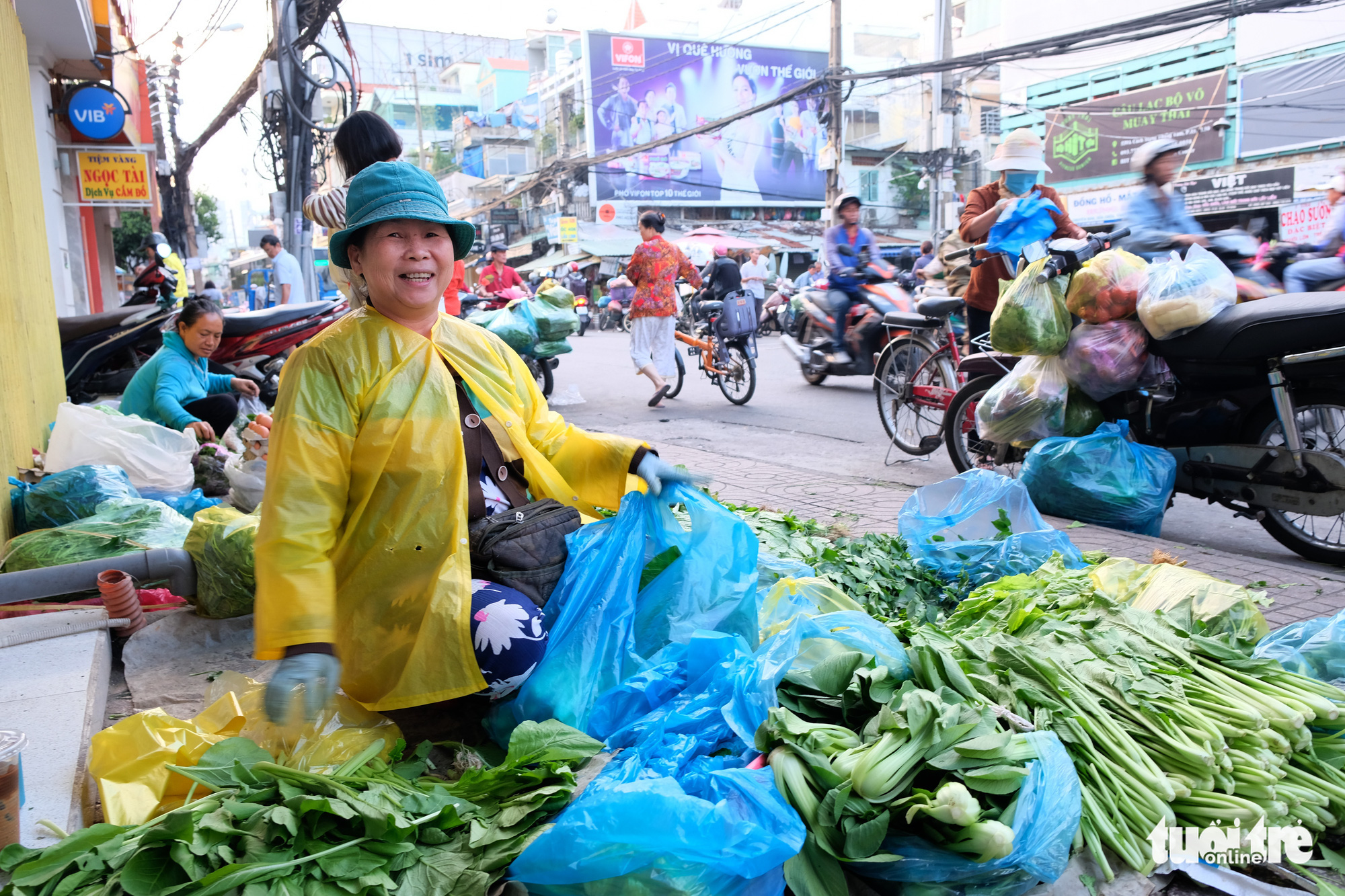 A woman sells vegetable along a street in District 10, Ho Chi Minh City. Photo: Bong Mai / Tuoi Tre
