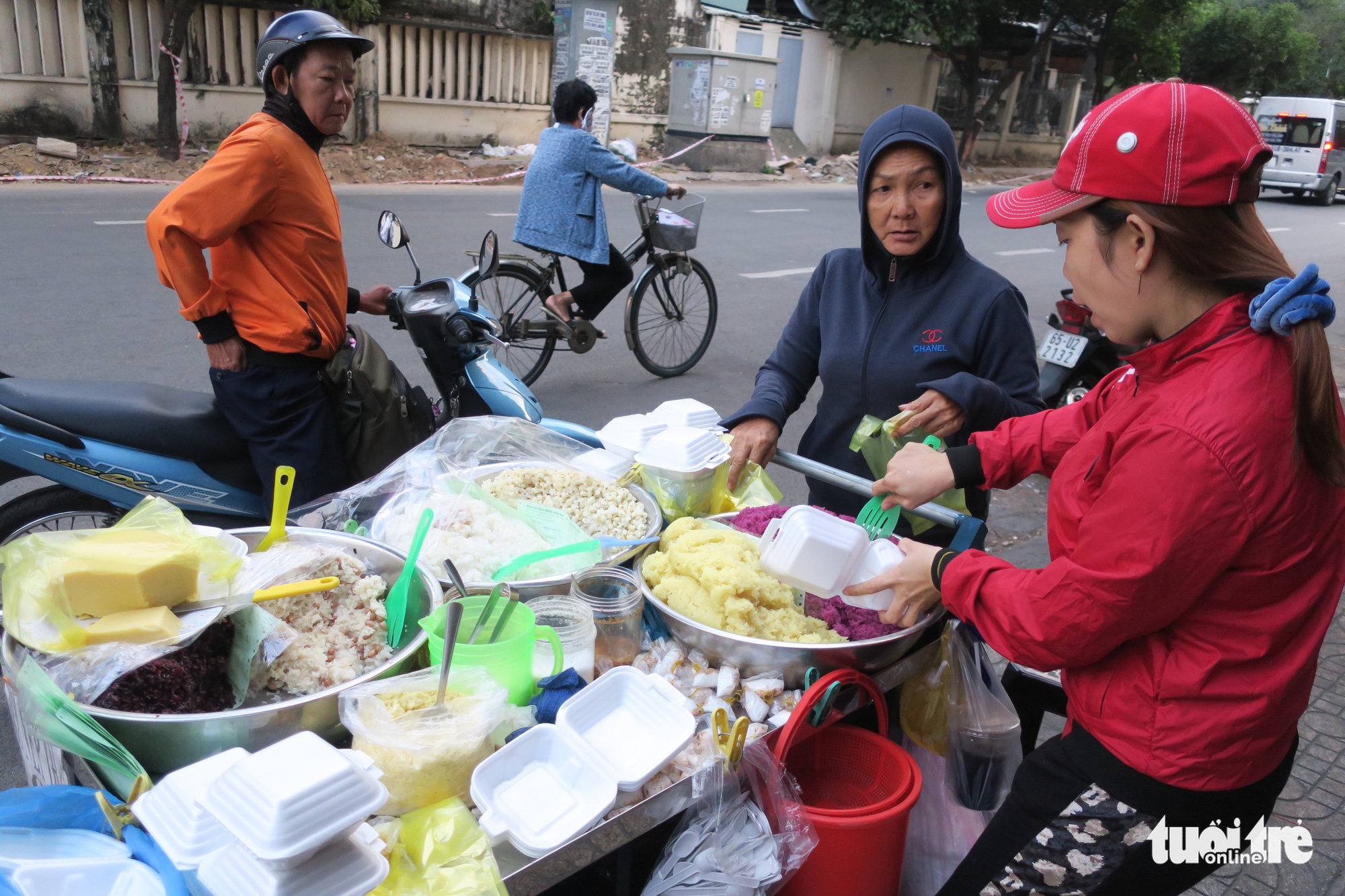 A woman sells sticky rice to commuters in the early morning in Ho Chi Minh City. Photo: T.T.D. / Tuoi Tre