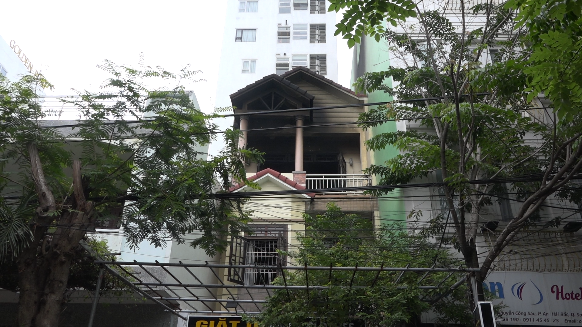 A house in Da Nang is damaged by a fire on December 9, 2019. Photo: Ngo Quang / Tuoi Tre
