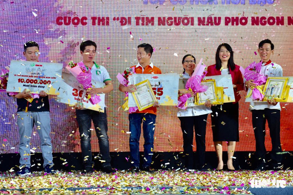 The organizers present certificates, trophies and flowers to winners of 'Hoa Hoi bac' (Silver Star Anises) at White Palace on Pham Van Dong Street in Thu Duc District, Ho Chi Minh City on December 8, 2019. Photo: Quang Dinh / Tuoi Tre