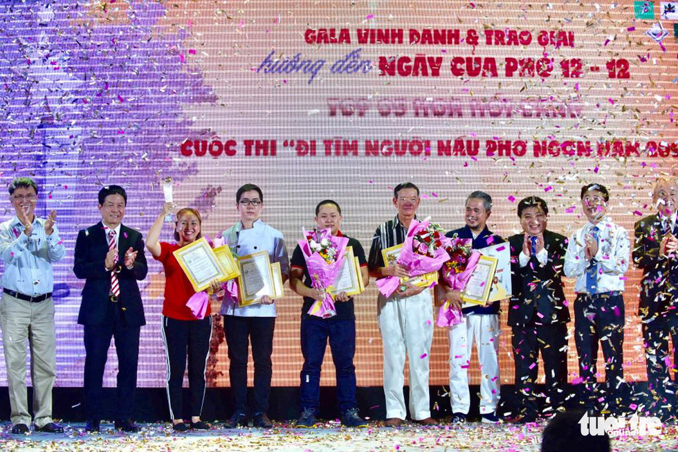 The organizers present certificates, trophies and flowers to winners of 'Hoa Hoi Vang' (Golden Star Anises) at White Palace on Pham Van Dong Street in Thu Duc District, Ho Chi Minh City on December 8, 2019. Photo: Quang Dinh / Tuoi Tre