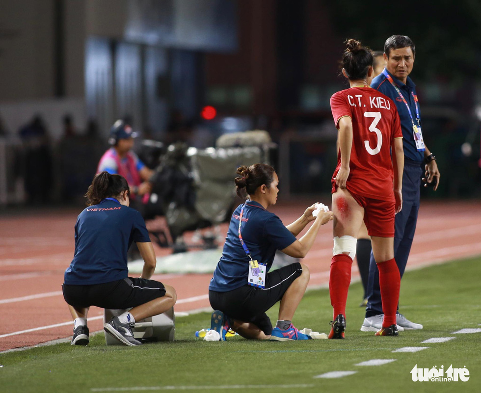 Vietnam's Chuong Thi Kieu receives medical care during the finale against Thailand of women's football at the 2019 Southeast Asian_Games in the Philippines, December 8, 2019. Photo: Nguyen Khanh / Tuoi Tre