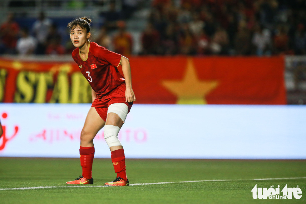 Vietnam's Chuong Thi Kieu plays with bandages around her leg during the finale against Thailand of women's football at the 2019 Southeast Asian_Games in the Philippines, December 8, 2019. Photo: Nguyen Khanh / Tuoi Tre