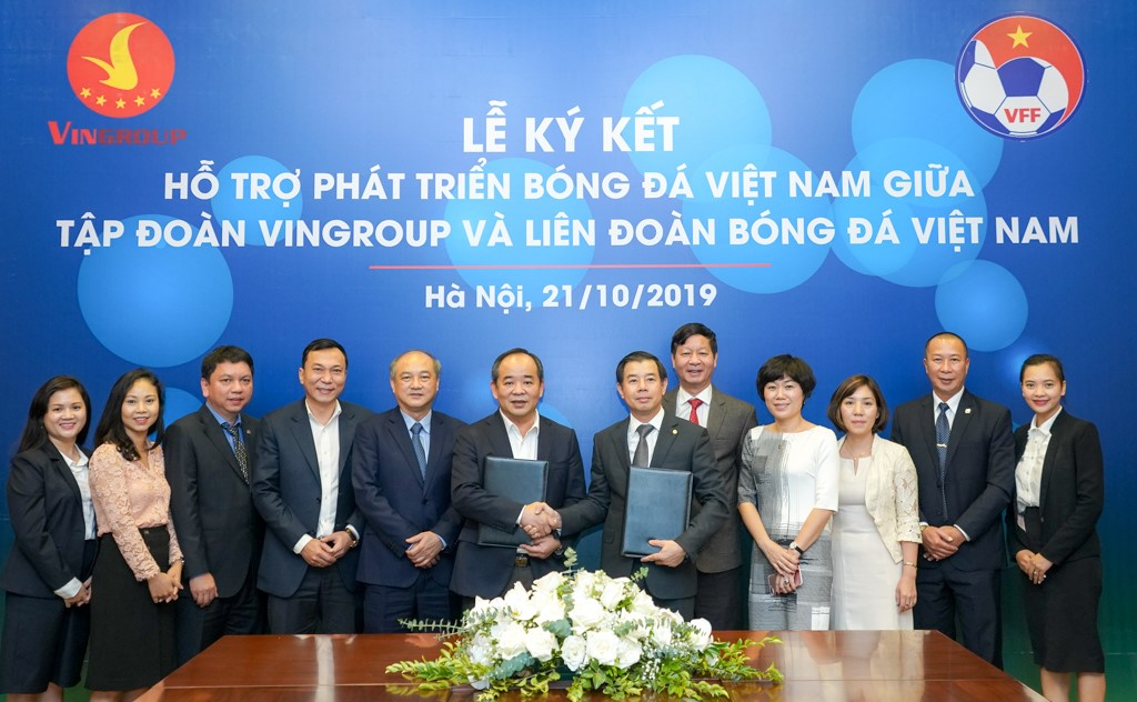Le Khanh Hai (center left), Deputy Minister of Culture, Sports and Tourism, also VFF President and Nguyen Viet Quang, vice chairman and general director of Vingroup, shake hands at the signing ceremony of their strategic cooperation to support Vietnam football development in Hanoi on October 21, 2019. Photo: Vingroup