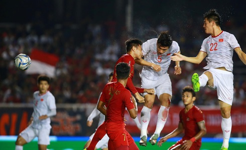 Vietnam's Doan Van Hau (number 4) scores the opening goal in the finale against Indonesia of men's football at the 2019 Southeast Asian Games in the Philippines, December 10, 2019. Photo: Tuoi Tre