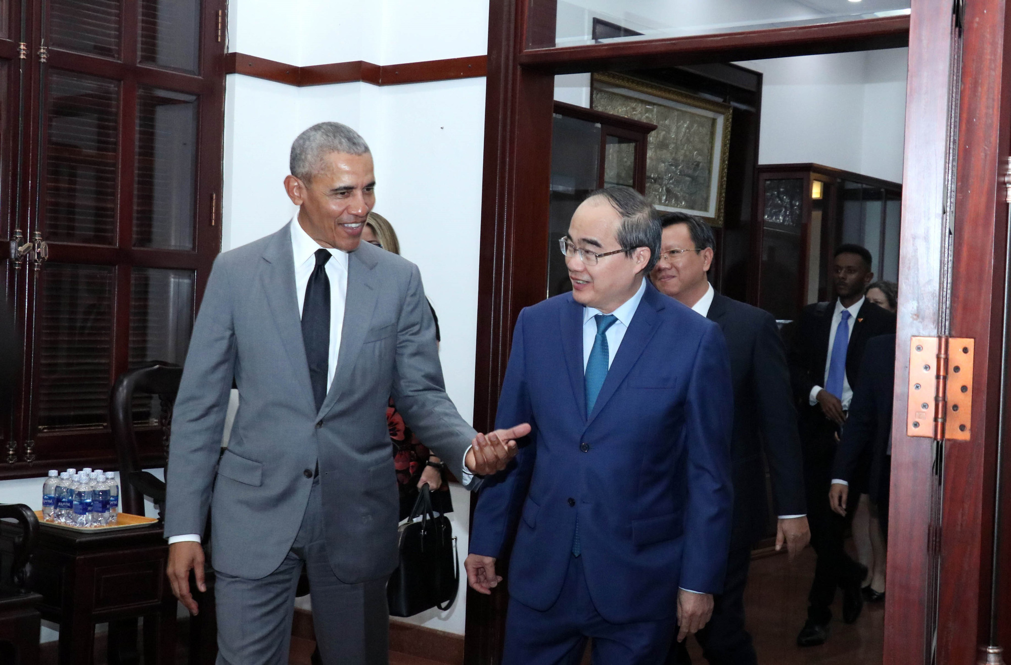 Former U.S. President Barack Obama talks with Ho Chi Minh City Party chief Nguyen Thien Nhan on December 9, 2019. Photo: Vietnam News Agency