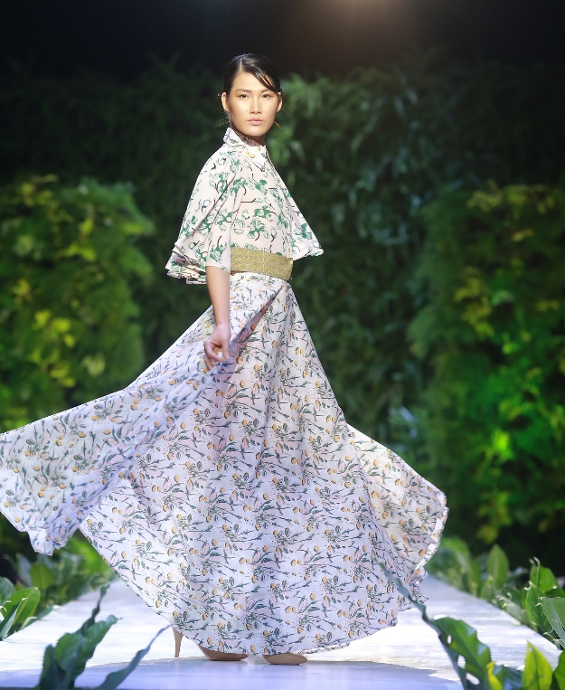 A lovely feminine flowy skirt with contrasting top is presented at a Yaly fashion show in Hoi An City, Quang Nam Province, Vietnam on November 30, 2019. Photo: Yaly