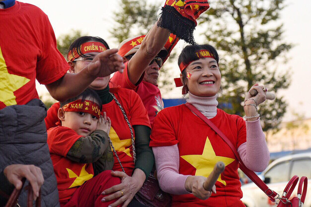 The Vietnamese U22 men's football and the national women's football teams arrive at Noi Bai International Airport in Hanoi on December 11, 2019. Photo: Hoang Thanh Tung / Tuoi Tre