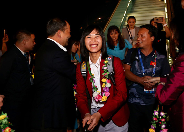 The Vietnamese U22 men's football and the national women's football teams arrive at Noi Bai International Airport in Hanoi on December 11, 2019. Photo: Nam Khanh / Tuoi Tre