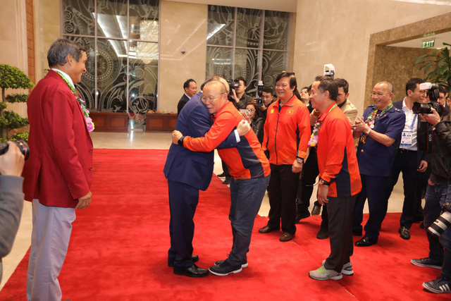 Vietnam's Prime Minister Nguyen Xuan Phuc (R) and the U22 men's football head coach Park Hang Seo give each other a hug at the Government Office in Hanoi on December 11, 2019. Photo: Viet Dung / Tuoi Tre