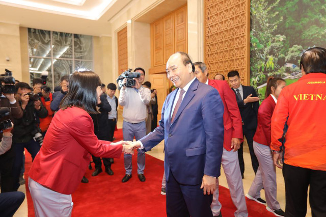 Vietnam's Prime Minister Nguyen Xuan Phuc and the national women's football team member Hoang Thi Loan shake hands at the Government Office in Hanoi on December 11, 2019. Photo: Viet Dung / Tuoi Tre