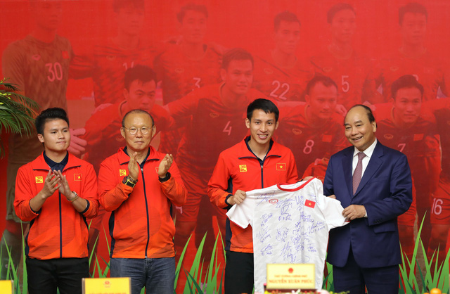Prime Minister Nguyen Xuan Phuc (C) honors coach Park Hang Seo (2nd left) of Vietnam's U22 men's football team and the players at a reception in Hanoi, December 11, 2019. Photo: Viet Dung / Tuoi Tre