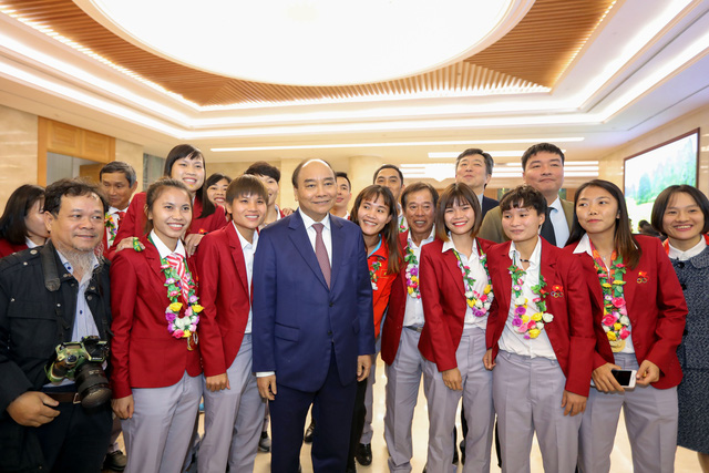 Prime Minister Nguyen Xuan Phuc (C) is seen with the national women's football team at a reception in Hanoi, December 11, 2019. Photo: Viet Dung / Tuoi Tre