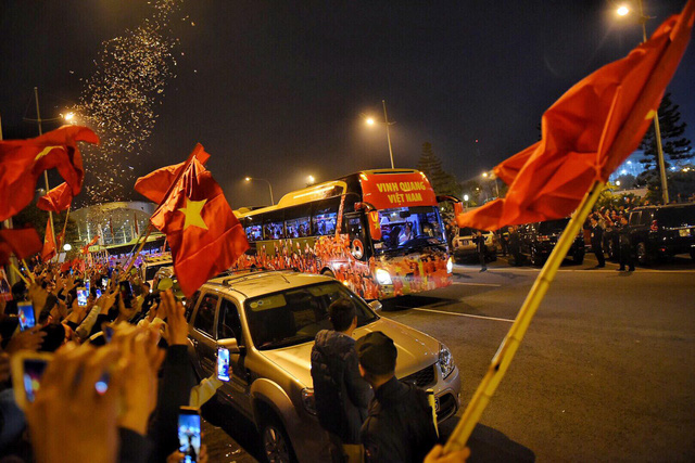 Fans welcome the Vietnamese U22 men's football and the national women's football teams home in Hanoi on December 11, 2019. Photo: Hoang Thanh Tung / Tuoi Tre