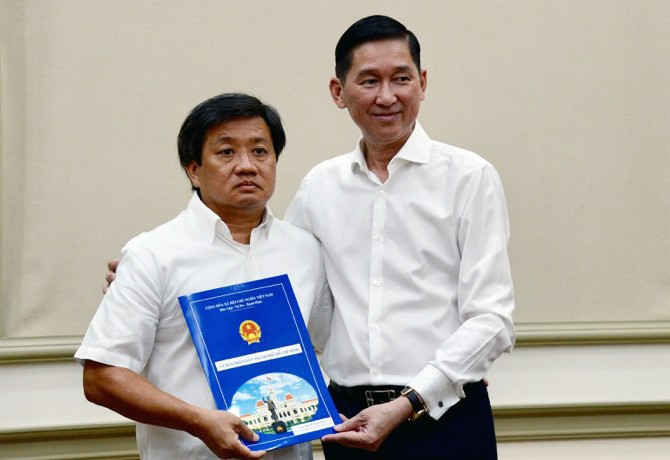 The announcement that Doan Ngoc Hai (L) would be transferred to Saigon Construction Corporation was announced by Ho Chi Minh City deputy chairman Tran Vinh Tuyen at a ceremony on June 4, 2019. Photo: Tu Trung / Tuoi Tre