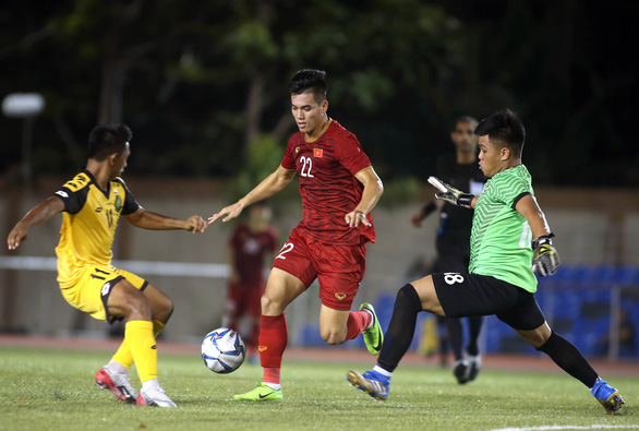 Vietnam's Nguyen Tien Linh (C) vies for possession in his team game against Brunei at the 2019 Southeast Asian Games men's football in the Philippines, November 25, 2019. Photo: Nguyen Khoi / Tuoi Tre