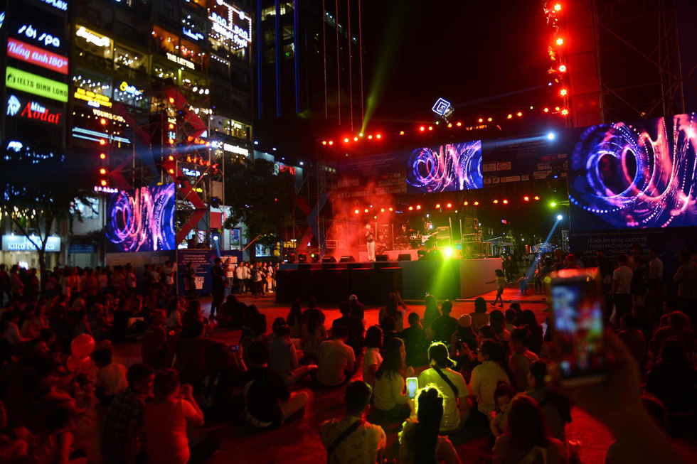Visitors enjoy performances at the inaugural Ho Chi Minh City International Music Festival on Nguyen Hue Walking Street in District 1 on December 13, 2019. Photo: Quang Dinh / Tuoi Tre