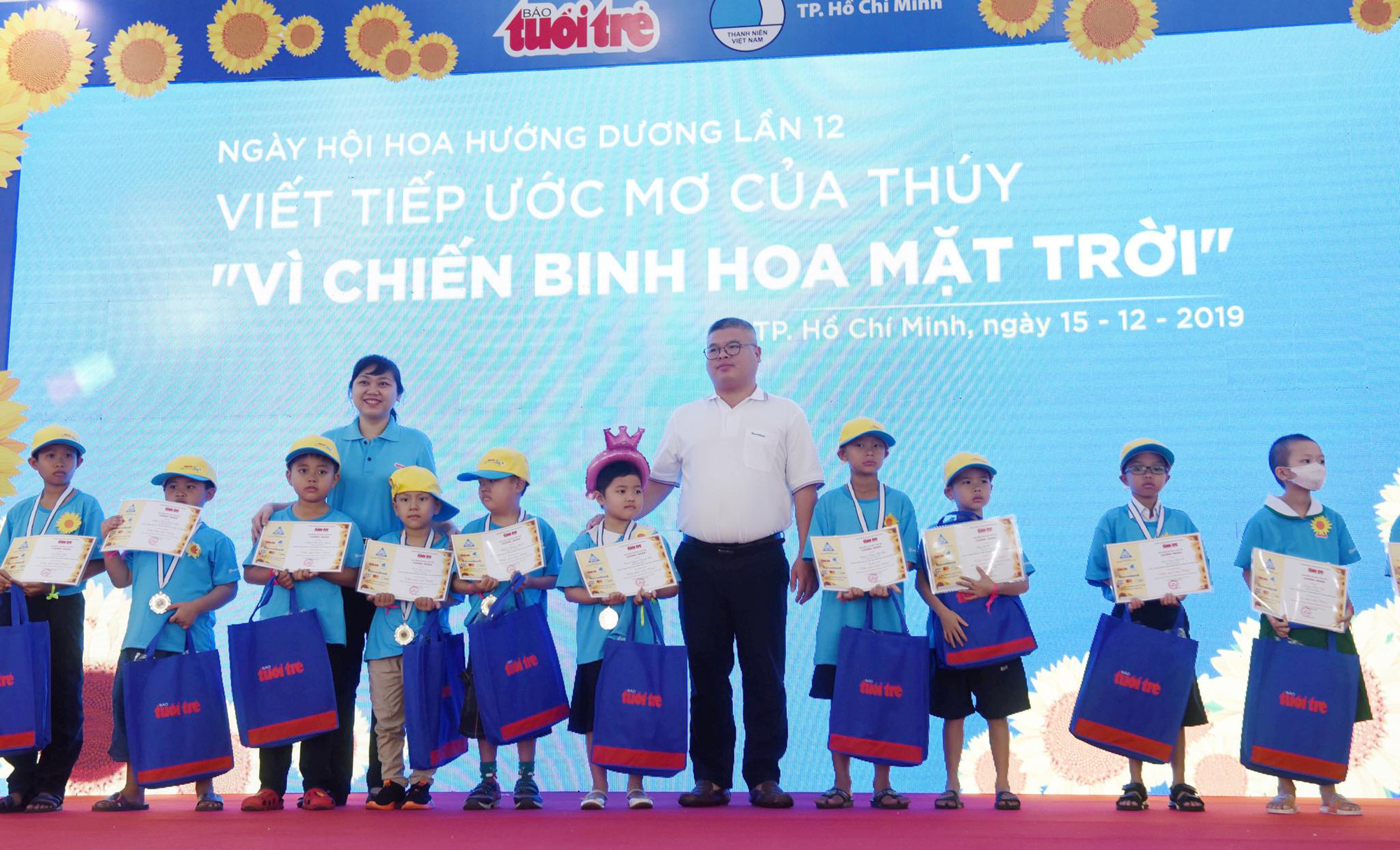 Scholarships are given to cancer-stricken children who are healthy enough to attend school. Photo: Duyen Phan / Tuoi Tre