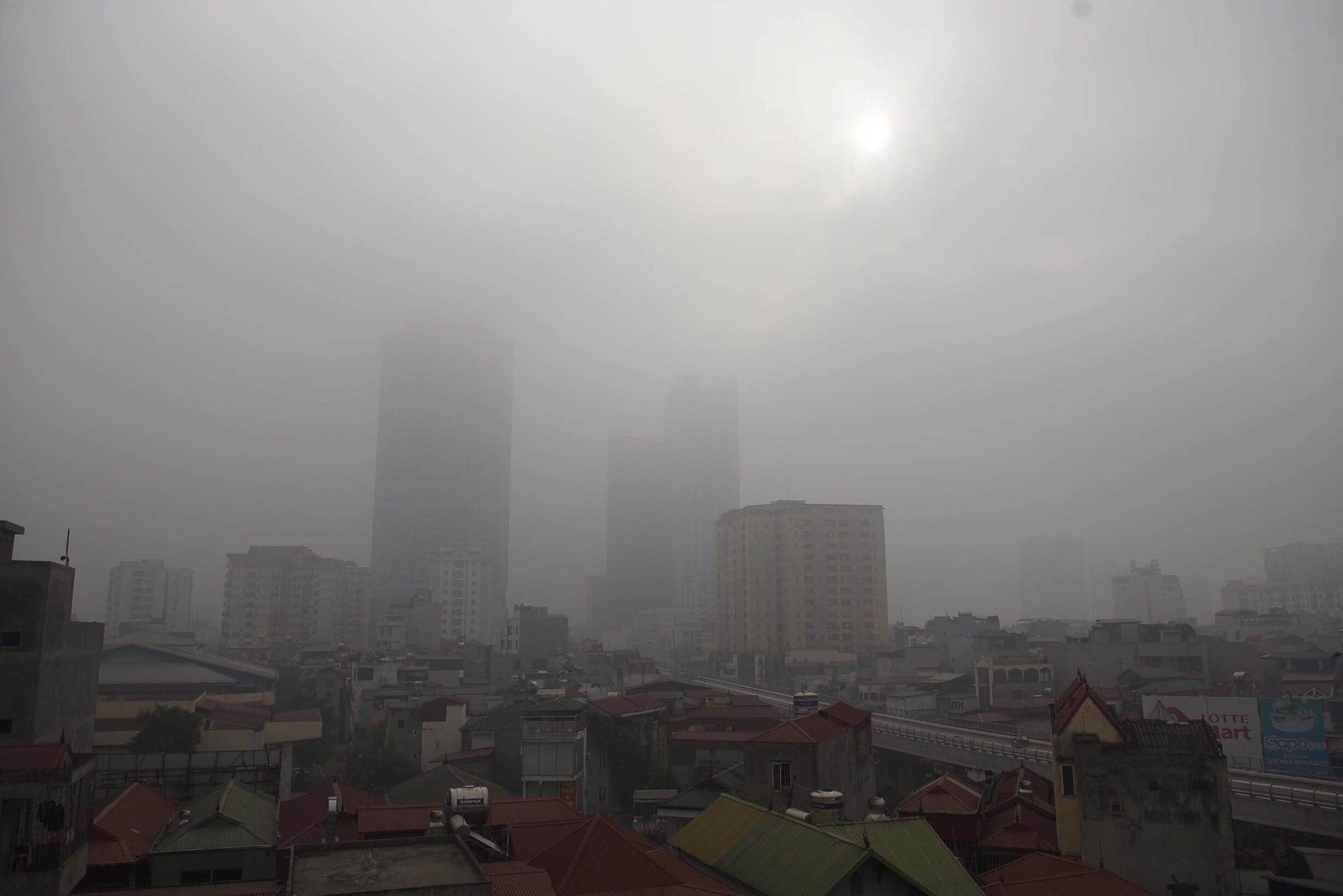 The hazy sky is seen in Cau Giay District, Hanoi December 14, 2019. Photo: Danh Trong / Tuoi Tre