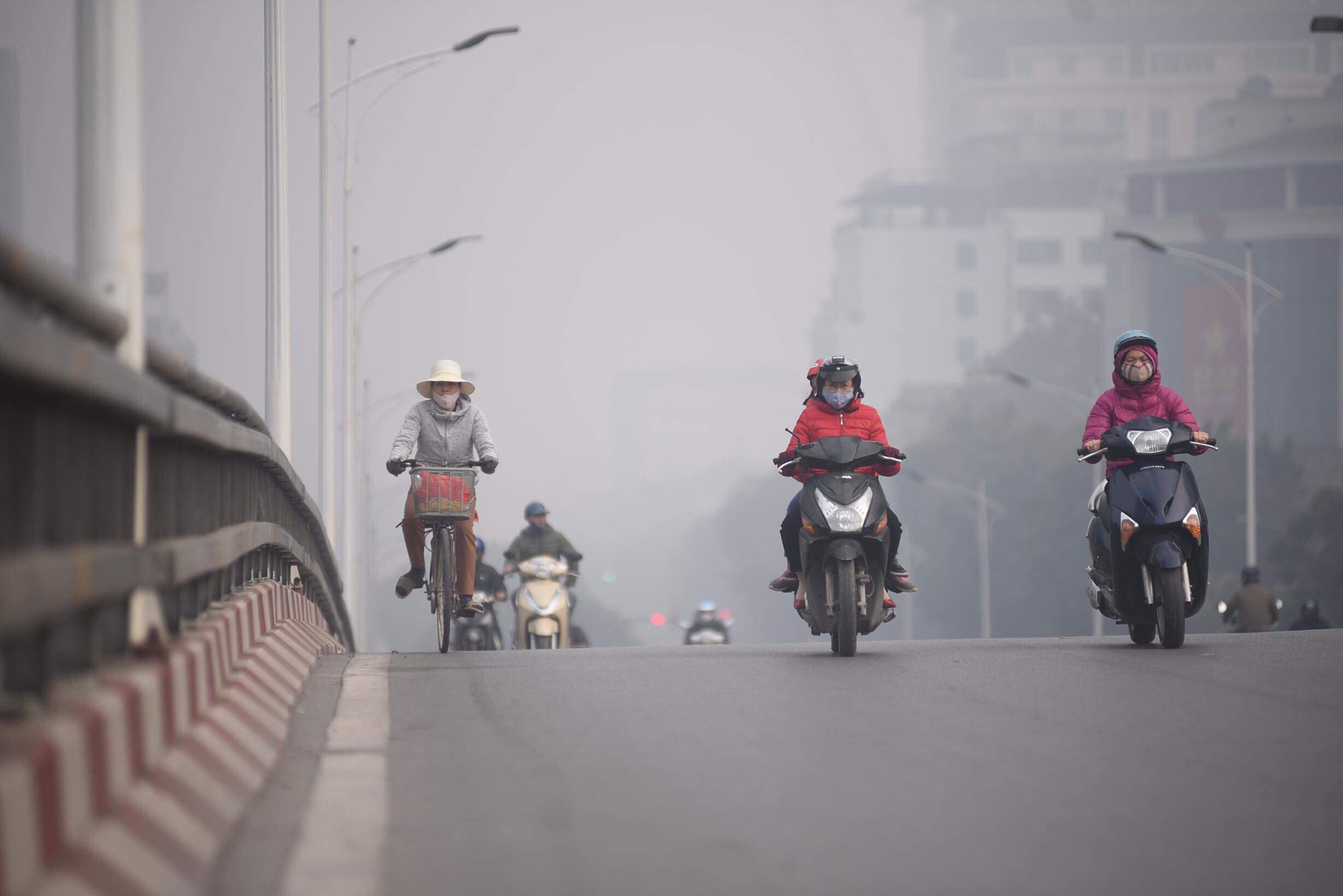 Commuters travel on a street in Hanoi on the morning of December 14, 2019. Photo: Danh Trong / Tuoi Tre