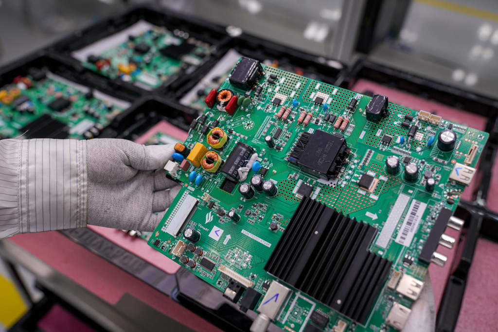 The circuit board of Vsmart smart TV. Photo: B.Chi / Tuoi Tre