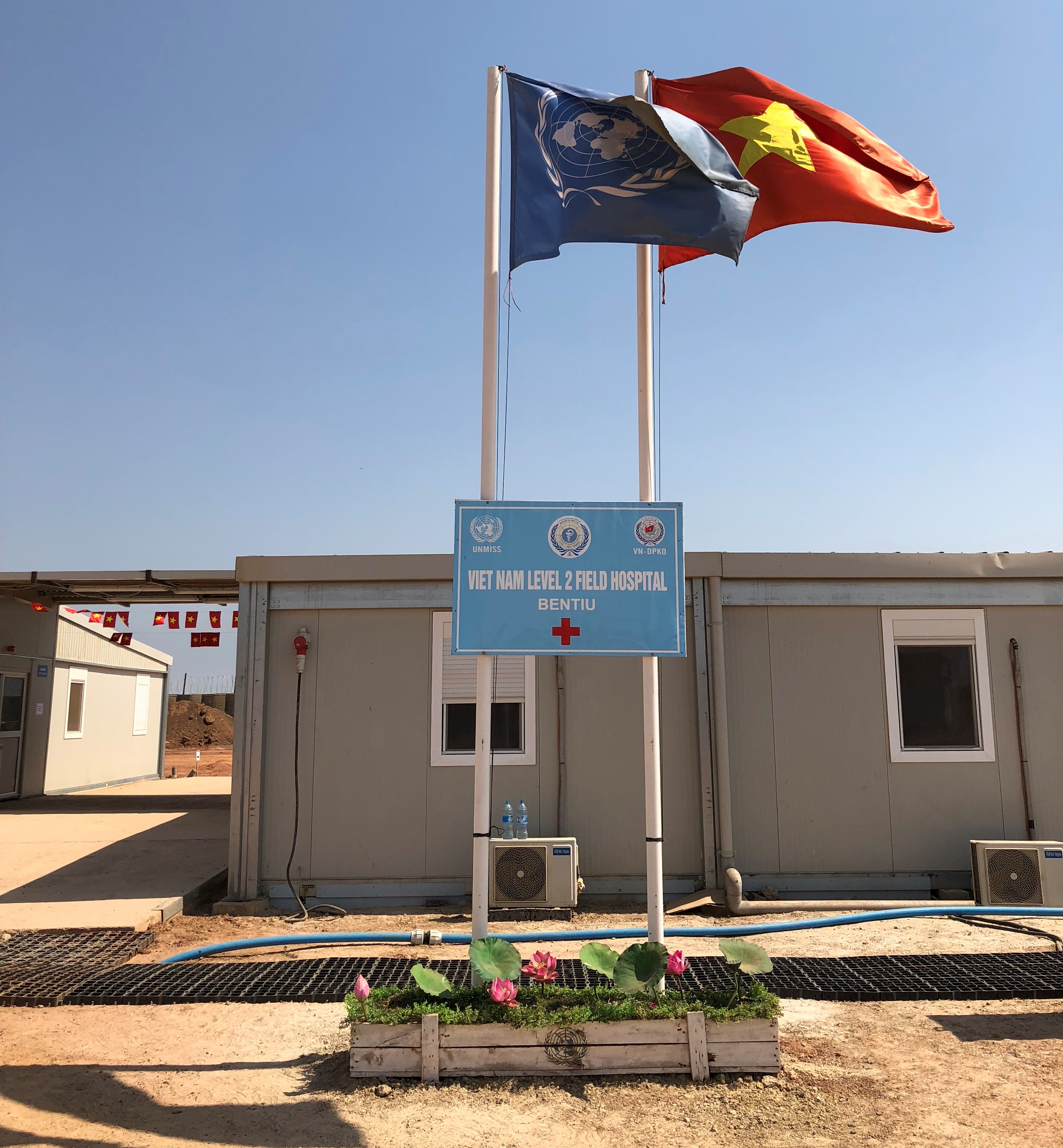 Vietnamese and UN flags flutter in the yard of the Vietnamese level 2 field hospital in South Sudan, November 2019. Photo: Hong Van / Tuoi Tre News
