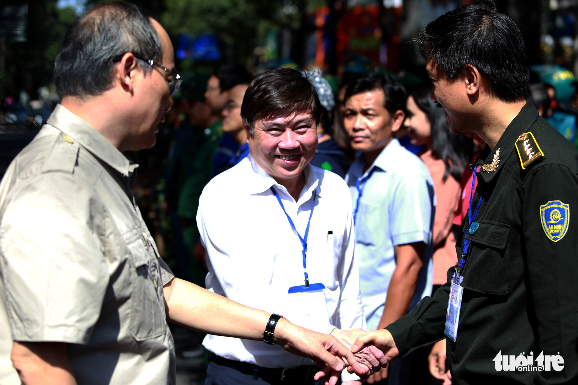 Chairman of the Ho Chi Minh City People's Committee Nguyen Thanh Phong thank the officers for taking part in the exercise.