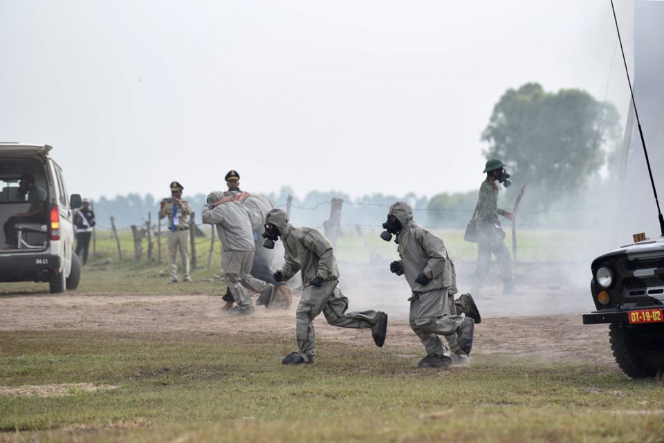 The Vietnamese military's chemical corps members access the contaminated area of a mock chemical leak during a maiden disaster reponse exercise along the Vietnam-Cambodia border, December 18, 2019. Photo: Duyen Phan / Tuoi Tre