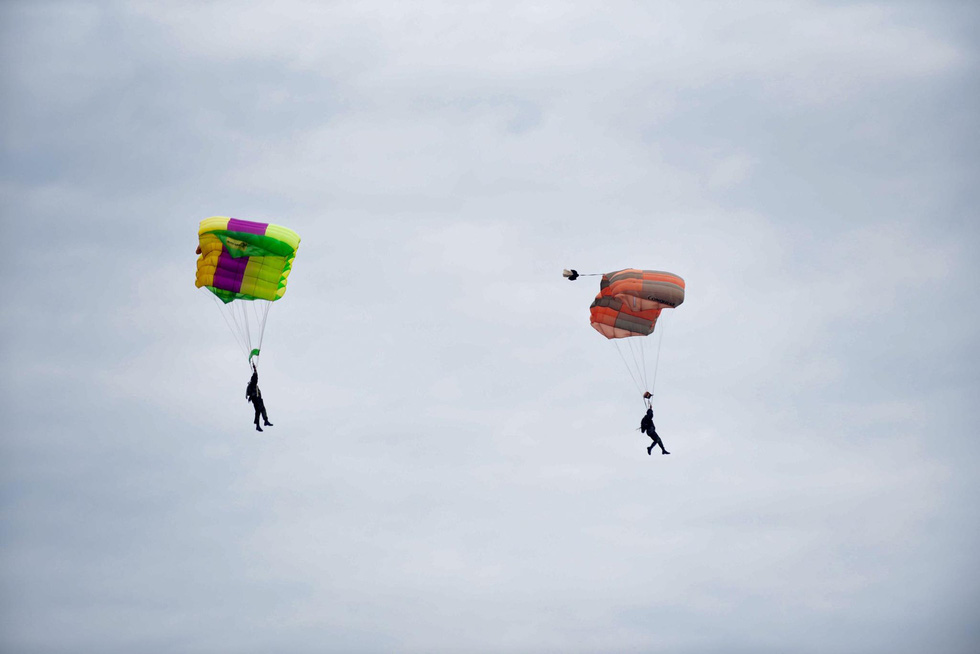 Cambodian military officers parachute to access the contaminated area of a mock chemical leak during a maiden disaster reponse exercise along the Vietnam-Cambodia border, December 18, 2019. Photo: Duyen Phan / Tuoi Tre