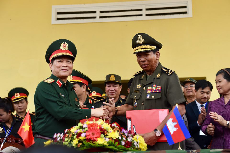 Vietnam's Minister of National Defense General Ngo Xuan Lich (L) shakes hands with his Cambodian counterpart General Samdech Tea Banh at the ceremony to hand over a medical facility to Chanthrea District, Svay Rieng, Cambodia. Photo: Duyen Phan / Tuoi Tre