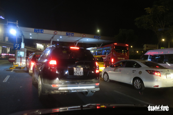 A jam happened at the gate to exit Tan Son Nhat International Airport in Ho Chi Minh City as its toll collection system was not properly working, December 18, 2019. Photo: T.T.D. / Tuoi Tre