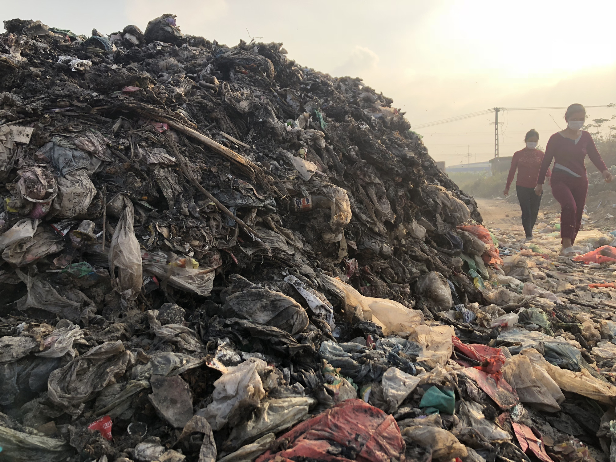A pile of burned garbage on the side of the road. Photo: Quang The / Tuoi Tre