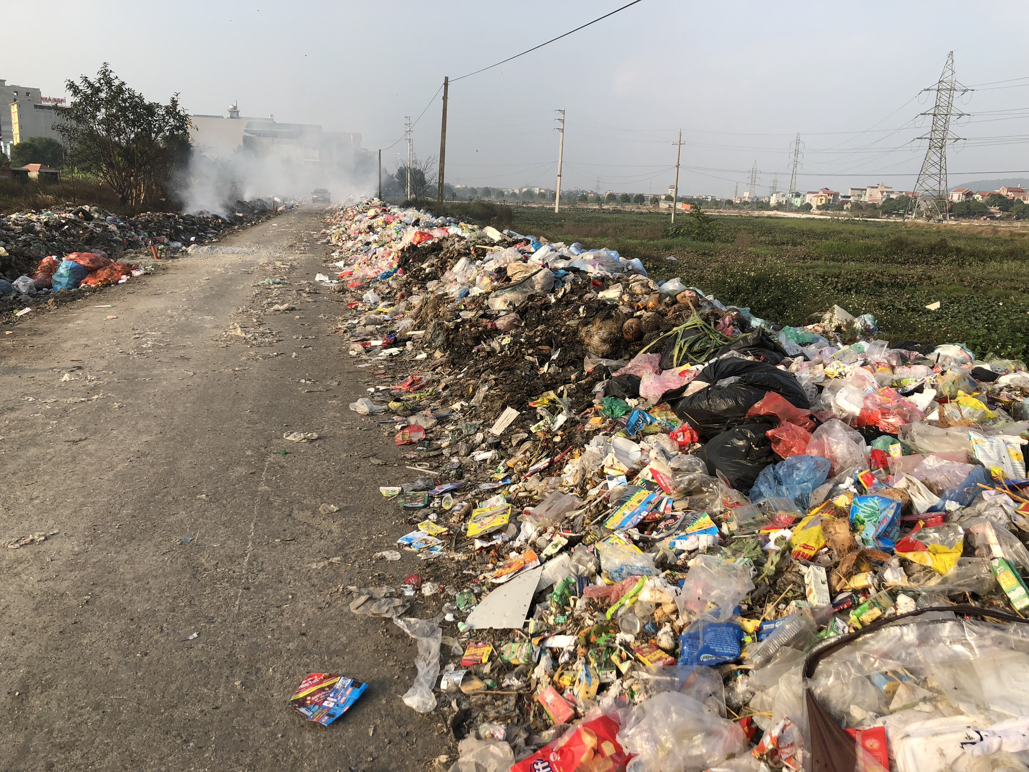 Household garbage is dumped along the street. Photo: Quang The / Tuoi Tre