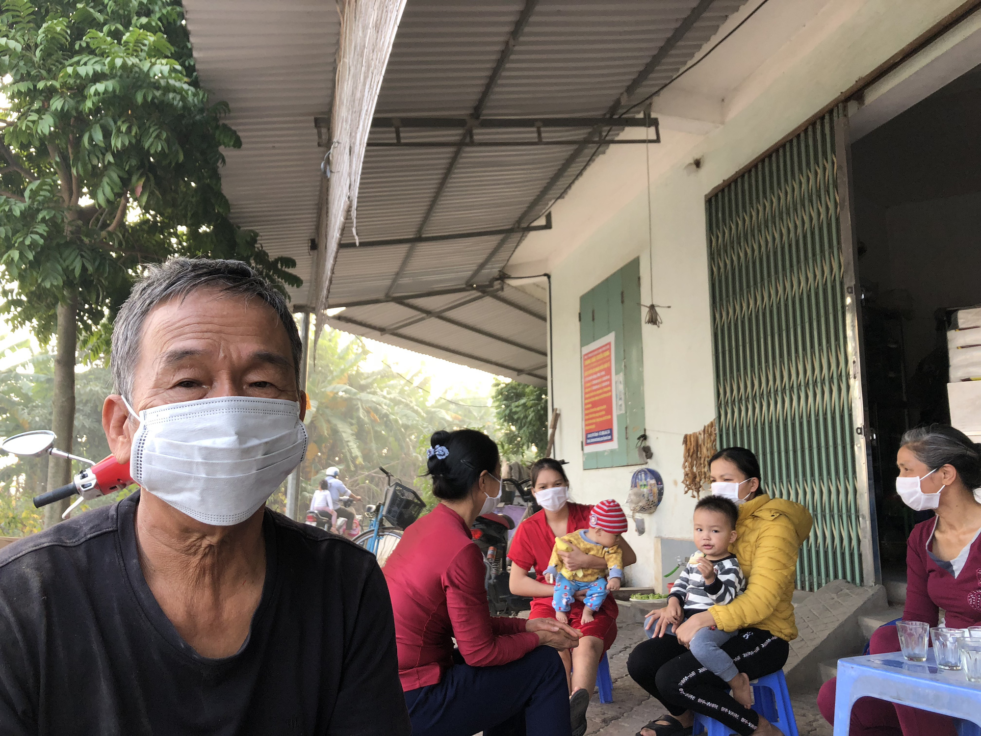 Local residents wear masks to protect themselves from the pollution. Photo: Quang The / Tuoi Tre
