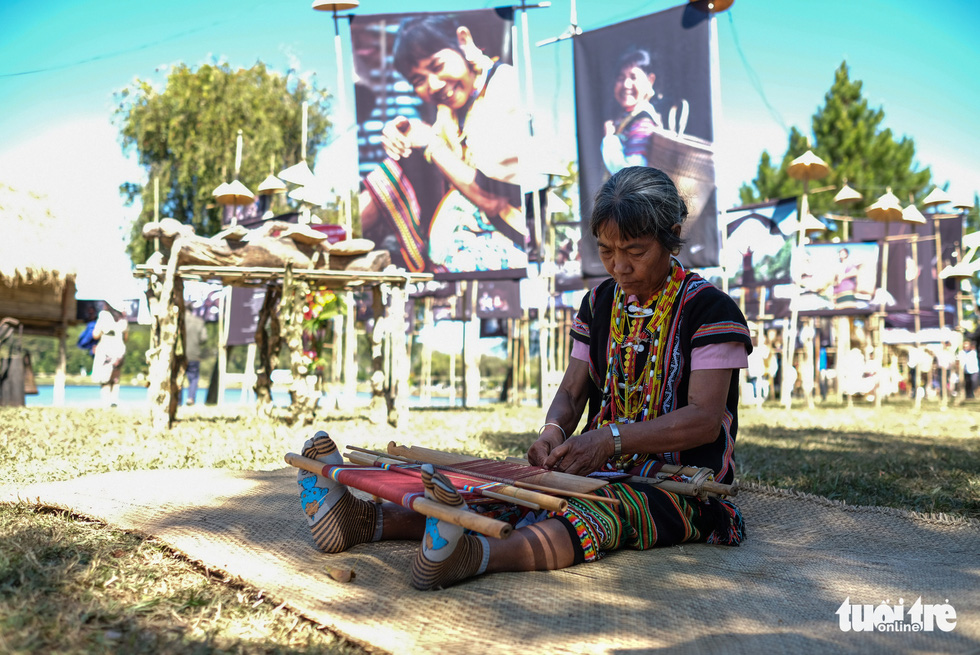 An ethnic woman demonstrates the weaving work at an outdoor exhibition in Da Lat in the Central Highlands of Lam Dong. Photo: M. Vinh / Tuoi Tre