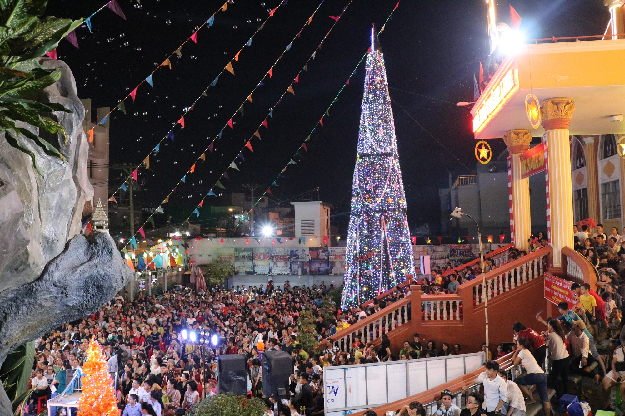 Ho Chi Minh City brightens with colorful Christmas decorations