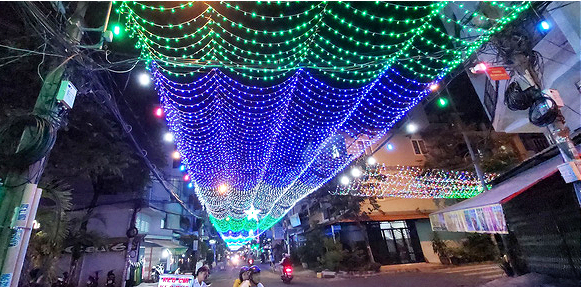Christmas lights adorn Thanh Cong Street in Tan Phu District. Photo: V.N.A / Tuoi Tre