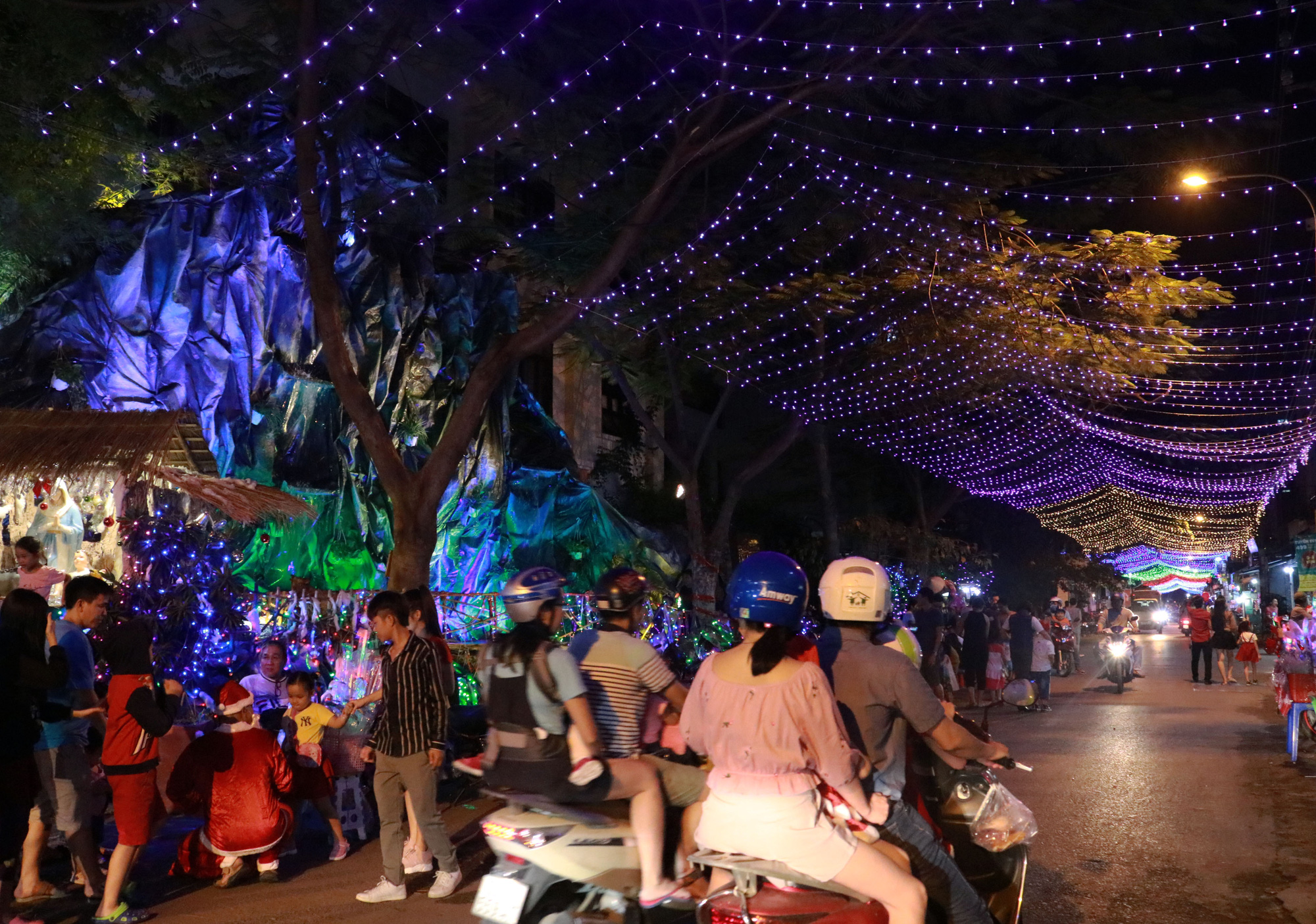 Christmas lights and decoration at a religious neighborhood in Go Vap District. Photo: Nhat Thinh / Tuoi Tre