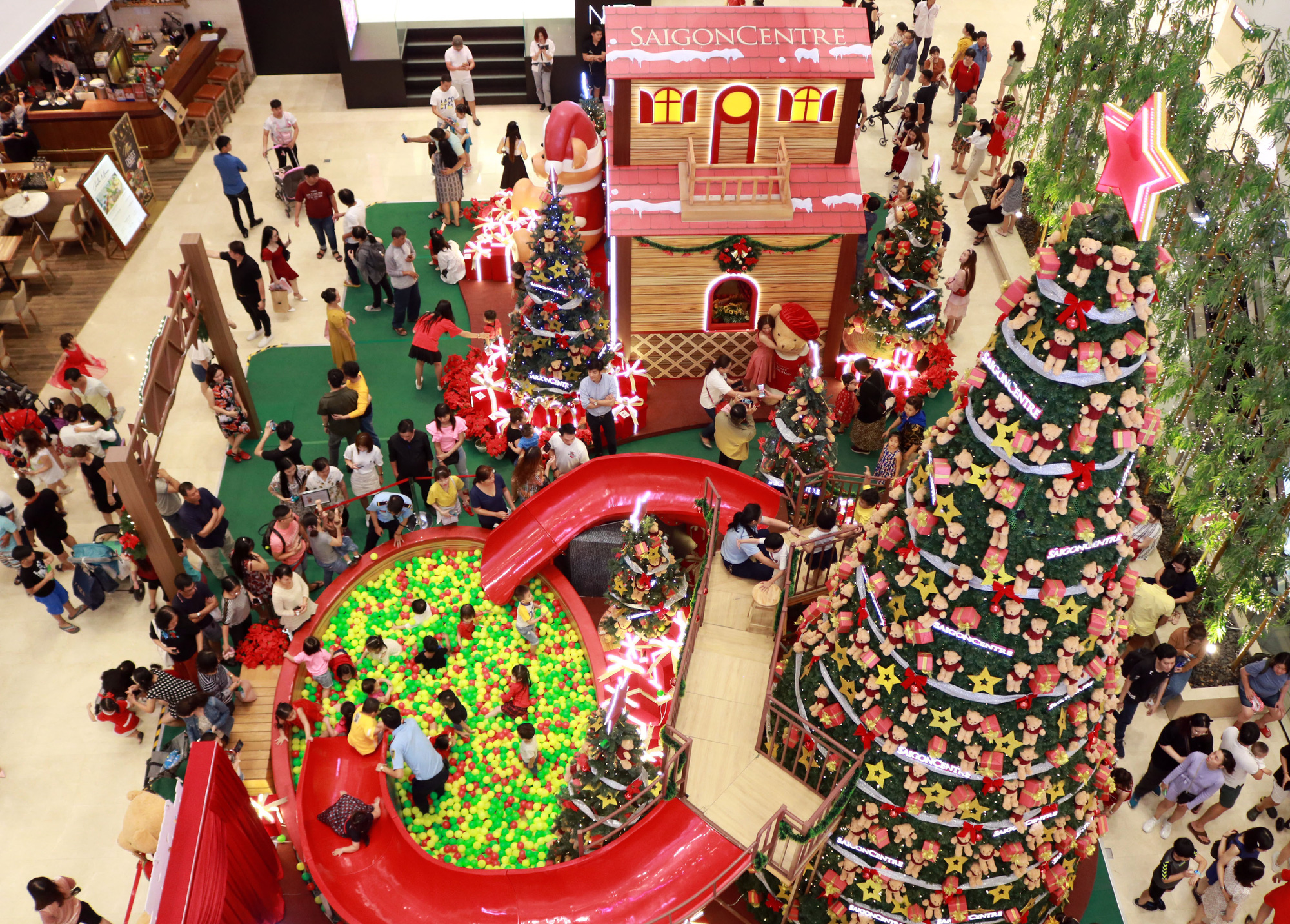 A giant Christmas tree inside Saigon Center in downtown Ho Chi Minh City. Photo: Nhat Thinh / Tuoi Tre