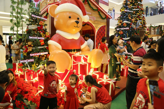 Children are brought to the Saigon Center to celebrate the holiday. Photo: Phuong Nam / Tuoi Tre
